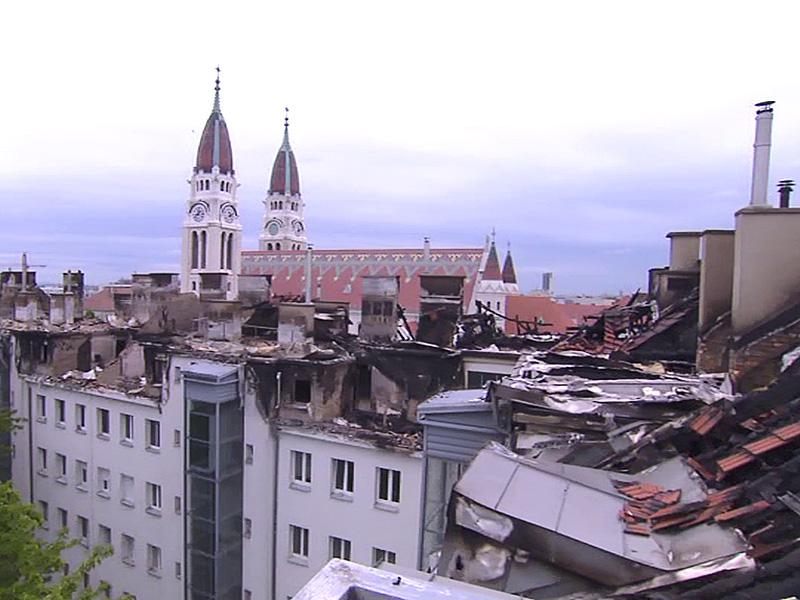 Zerstörtes Dach nach Brand