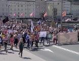 """Schüler bei Klimademo """"Fridays for Future"""" auf der Staatsbrücke in der Stadt Salzburg"""