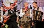 Musiker und Philipp Meikl auf der Bühne beim Kaltenhausener Gstanzlsingen