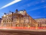 Die Staatsoper in Wien von außen bei Nacht