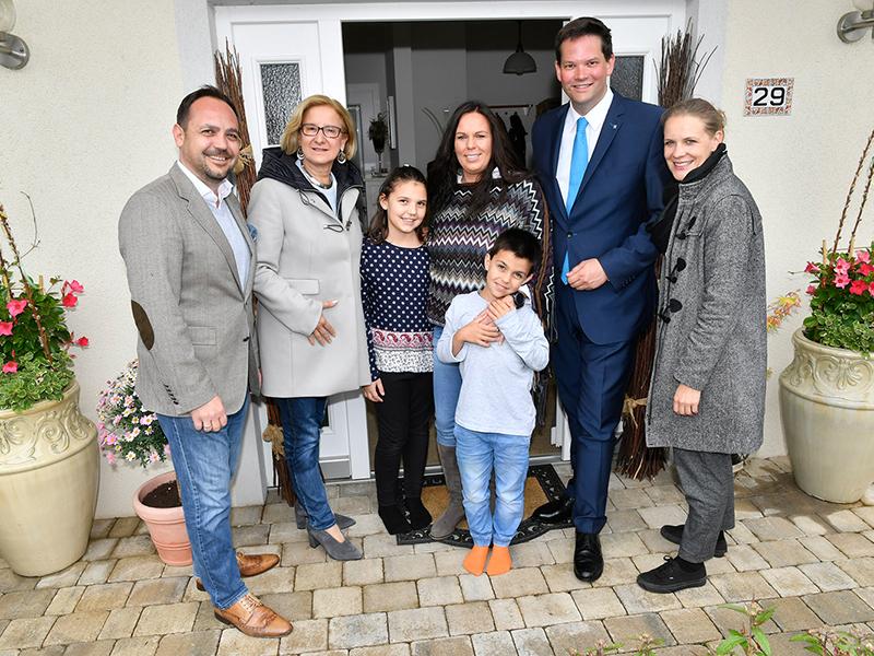 Landeshauptfrau Johanna Mikl-Leitner, NÖ-Spitzenkandidat zur Europa-Wahl Lukas Mandl und Gemeindeparteiobfrau von Gerasdorf Kristina Mandl beim Hausbesuch bei der Familie Benedet.
