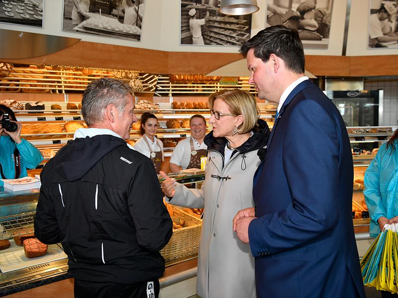 Landeshauptfrau Johanna Mikl-Leitner und NÖ-Spitzenkandidat zur Europa-Wahl Lukas Mandl im Gespräch bei einer Verteilaktion in Gerasdorf.