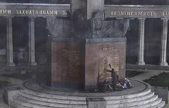 Russendenkmal beschmiert: Polizei veröffentlicht Fahndungsfotos