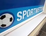 """Verklebte Auslagenscheibe mit Aufschrift """"Sportwetten"""""""
