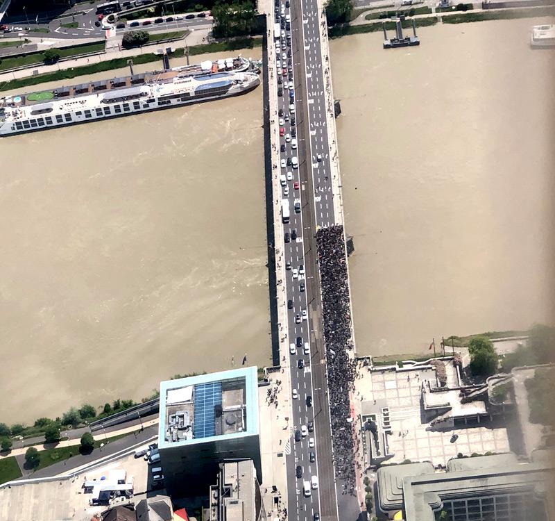 Blick aus dem Radio OÖ-Verkehrsflieger auf die Nibelungenbrücke und die Demo