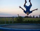 Bub springt auf Trampolin
