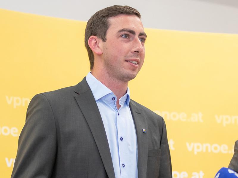 Alexander Bernhuber bei einer Pressekonferenz