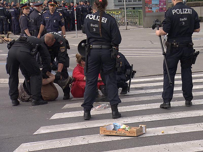 Polizisten und Aktivisten bei Blockade vor Urania
