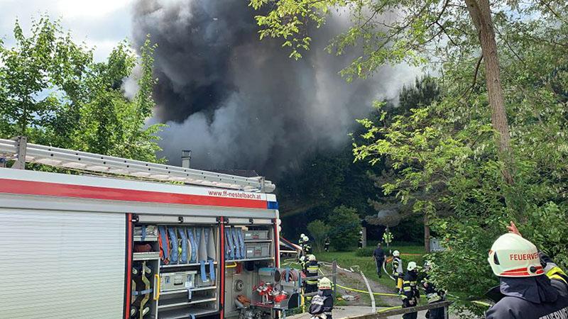 Rauchwolke über Feuerwehrauto