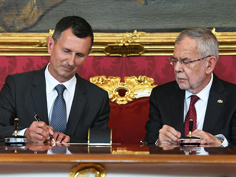 Verteidigungsminister Thomas Starlinger und Bundespräsident Alexander Van der Bellen bei der Angelobung